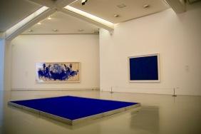Сините торби на Ив Клайн в музея на модерното и съвременно изкуство.