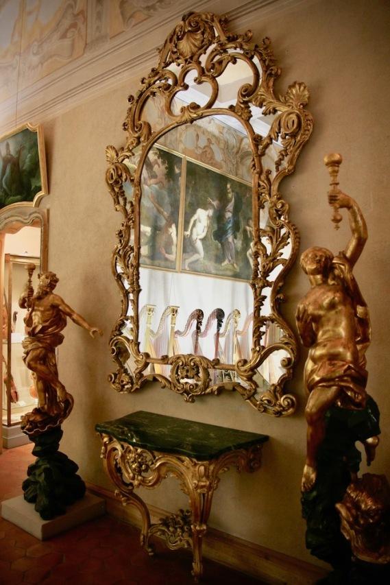 В двореца Ласкари.