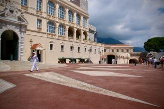 Розовия асфалт пред двореца на принца на Монако.