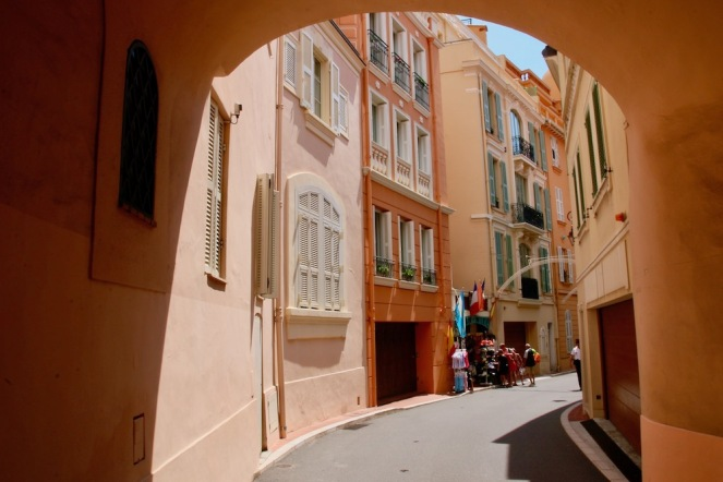 Повечето фасади са боядисани в тази тоналност.