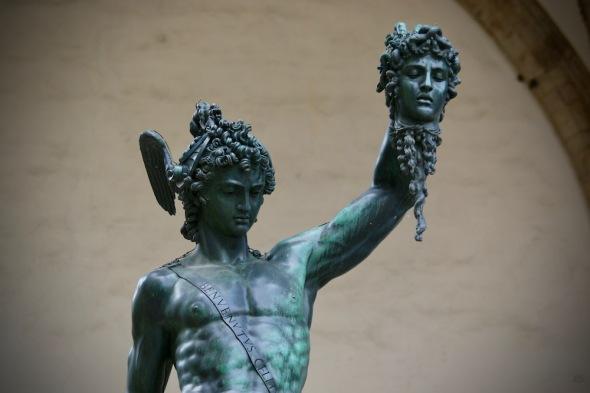 Персей държащ главата на Медуза, сътворена от Бенвенуто Челини.
