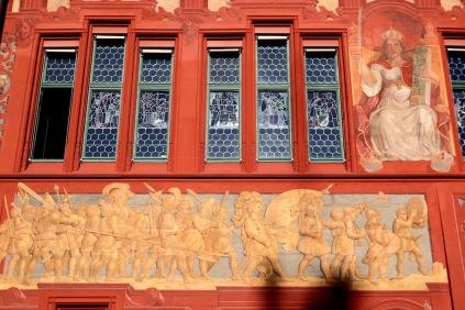 Детайли от червената фасада на кметството.