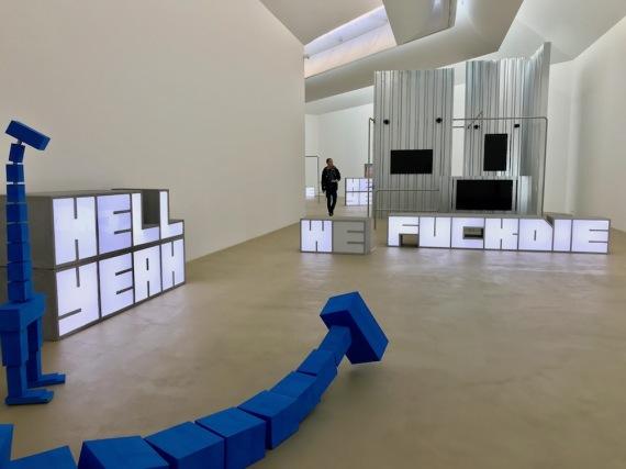 Инсталацията Военни игри на Марта Рослър и Хито Стейер.