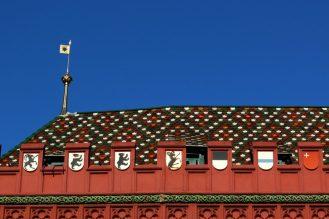 Цветните керемиди на покрива на кметството на Базел.