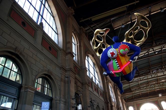 Aнгелът-защитник, скулптура на френско-американската художничка Ники дьо Сен Фал.