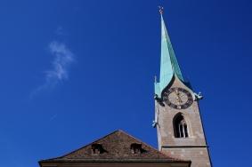 Елегантната часовникова кула на църквата Фраумюнстер.