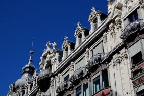 Част от фасадата на красива сграда.