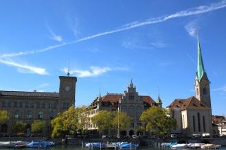 В дясно църквата Фраумюнстер.