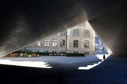 Националния музей е разположен в елегантна, историческа, стара сграда и ново модерно крило.