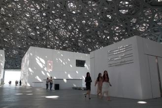 Посетители се възхищават на архителтурния шедьовър