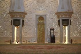 Детайли от интериора на залата за молитви