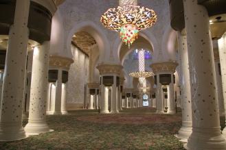 Емблематичната зала за молитви е дом на най-големият полилей и килим в света.