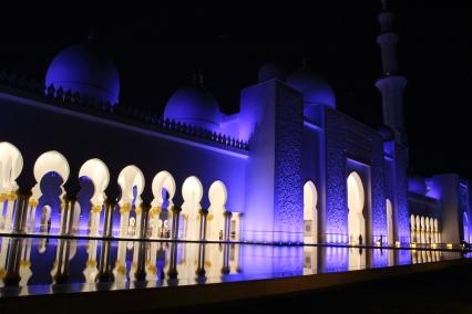 Вечер джамията изглежда приказно