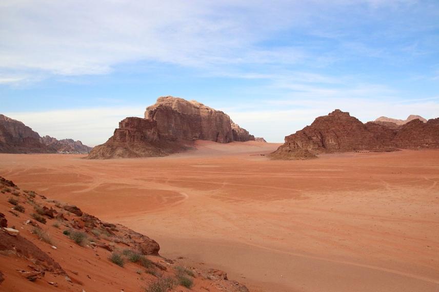 Панорамата към червената, пясъчна долина.