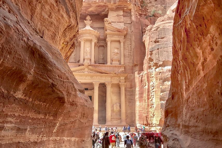Съкровищницата е изсечена в началото на 1-ви век като гробница на уважаван набатейски цар и е доказателство за инжинерния гений на този древен народ.