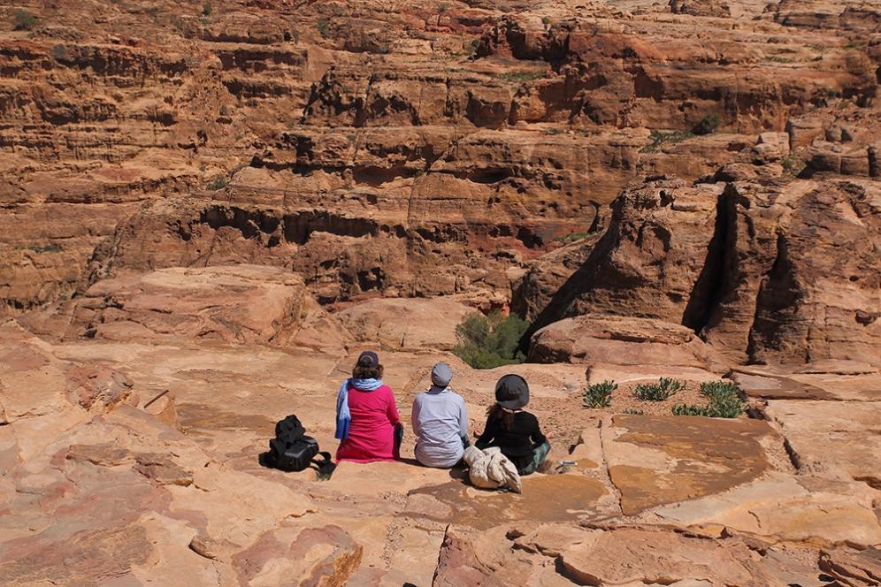 Туристи се наслаждават на скалния град.