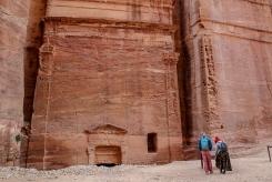 Туристи пред една от гробниците.