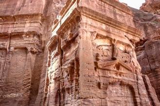 Останки от фасади на гробници.