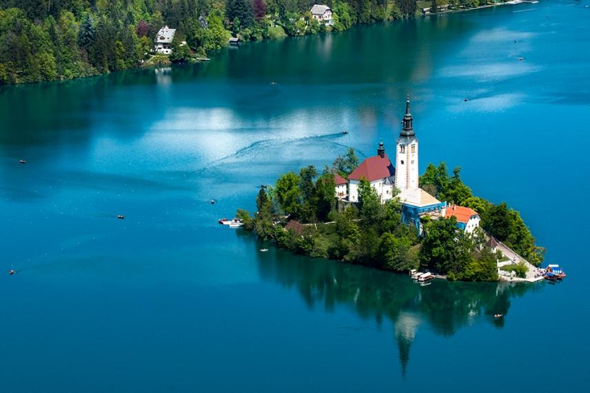 Островът с църквата