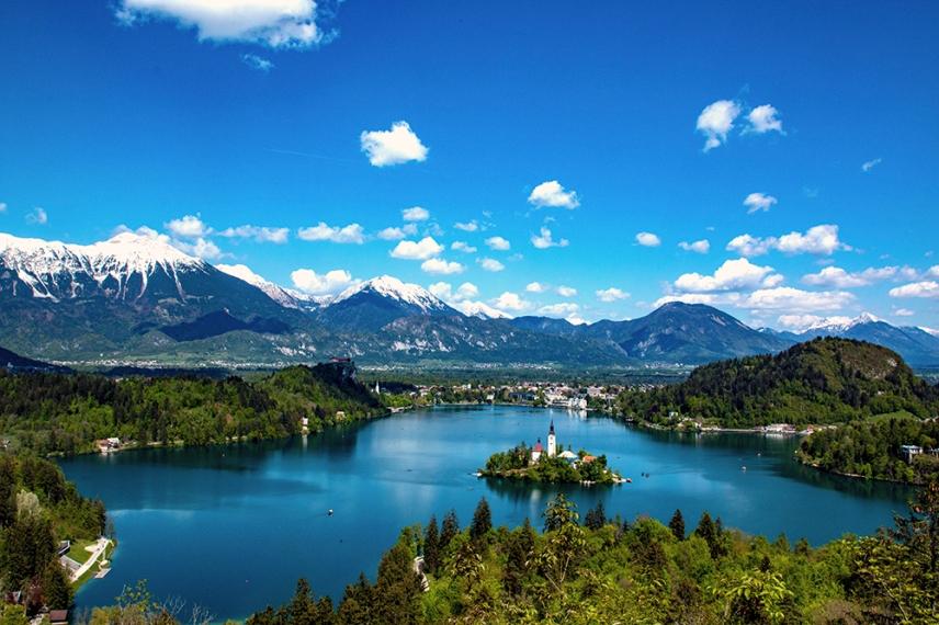 Панорамна гледка към езерото Блед от Острица