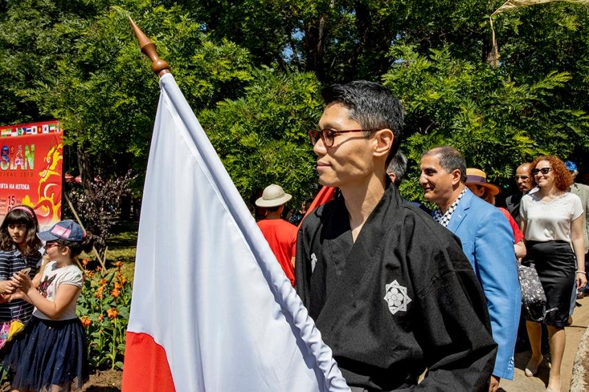 Знаменосецът на Япония по време на откриването на фестивала.