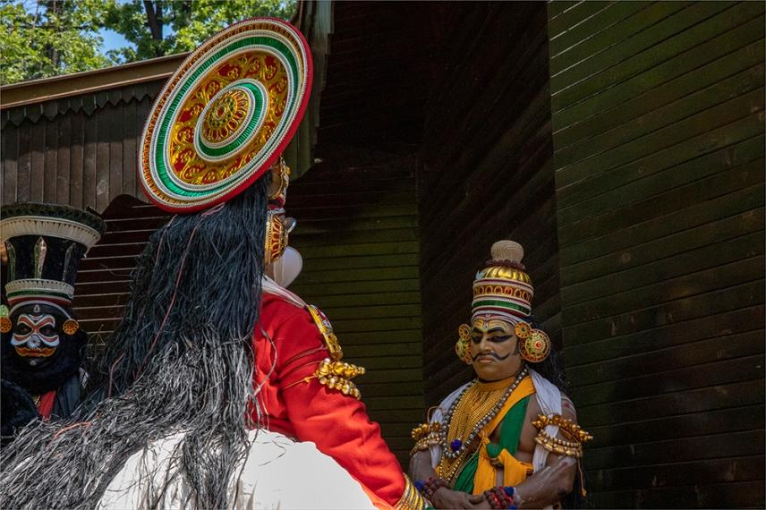 """Малко преди изпълнението на индийски танц """"Катакали""""."""