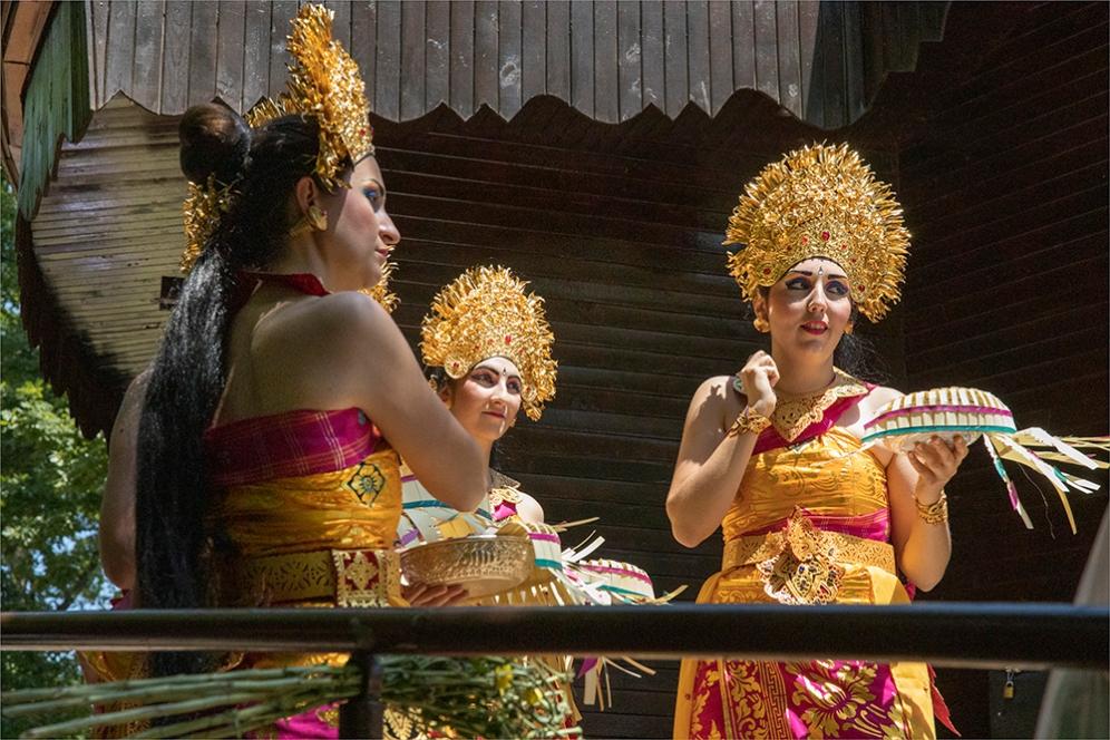 Малко преди танцът от Индонезия.