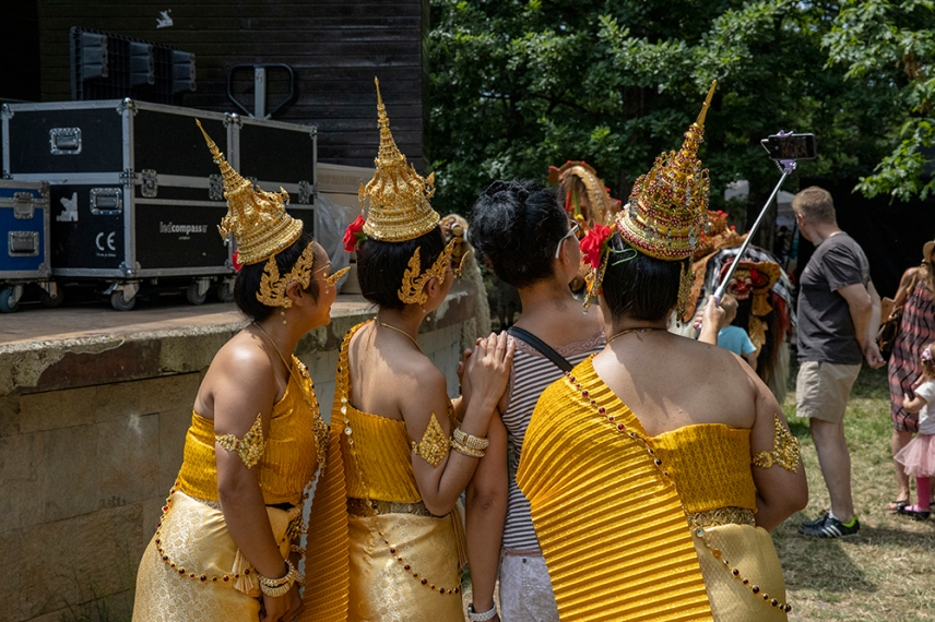 Селфи с момичетата от Тайланд.