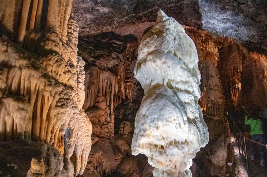 Символът на пещера Постойна - великолепният, петметров, ярко бял сталагмит, наречен Брилянт.