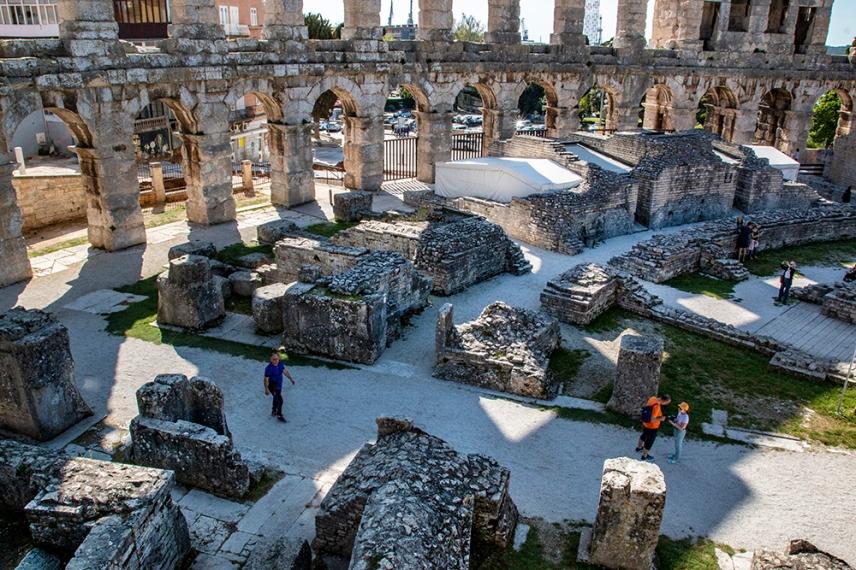 Великолепно запазеният амфитеатър служи като отличен пример за изучаване на античните строителни техники.