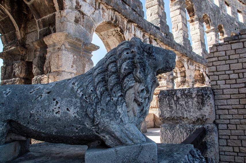 Статуя на лъв близо до входа.