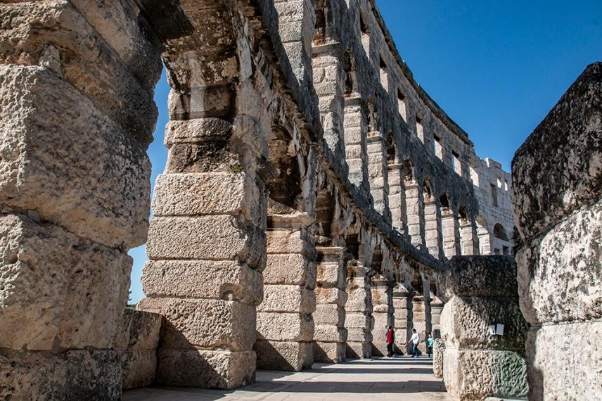 Амфитеатърът се смята за едно от седемте чудеса на Хърватия .