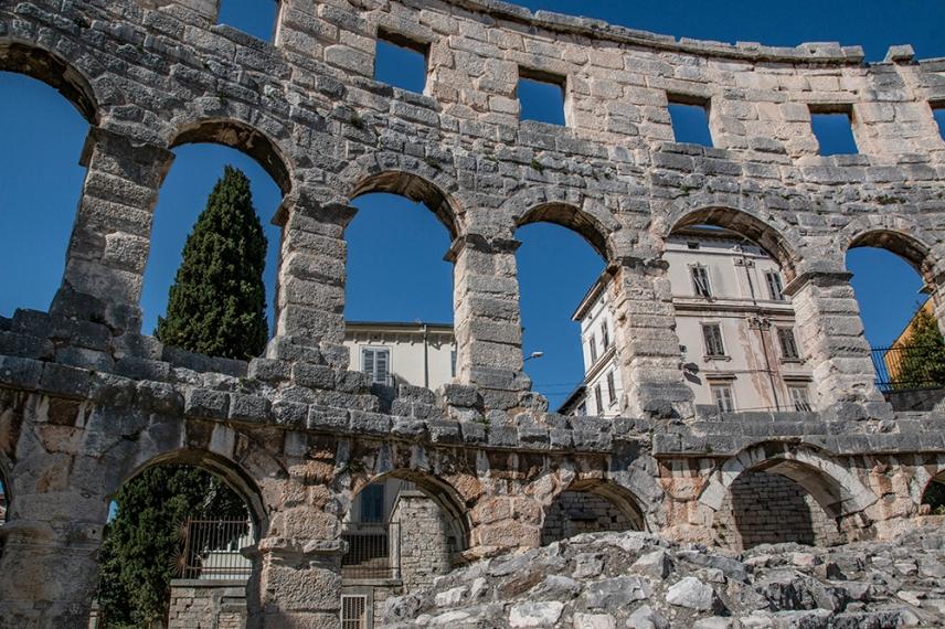 Построен е през І век от н.е. по времето на император Веспасиан.