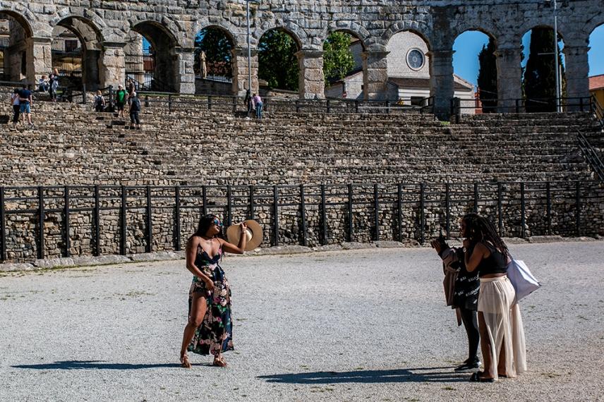 Туристите са днешните звезди на арената в Пула.