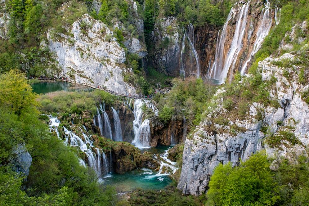 Горе в дясно е големият водопад.