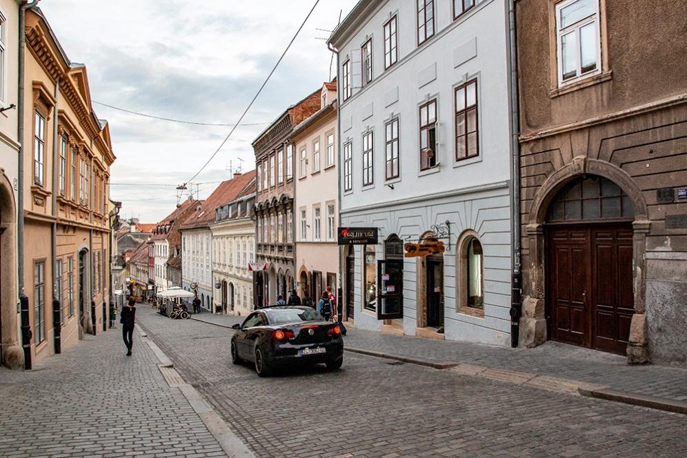 Една от павираните улици в Горни град.