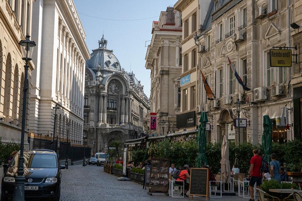 В дъното, сградата на фондовата борса в Букурещ.
