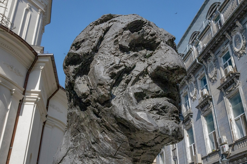 Скулптура в стария град.