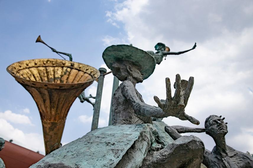 Скулптура пред Националният театър в Букурещ.