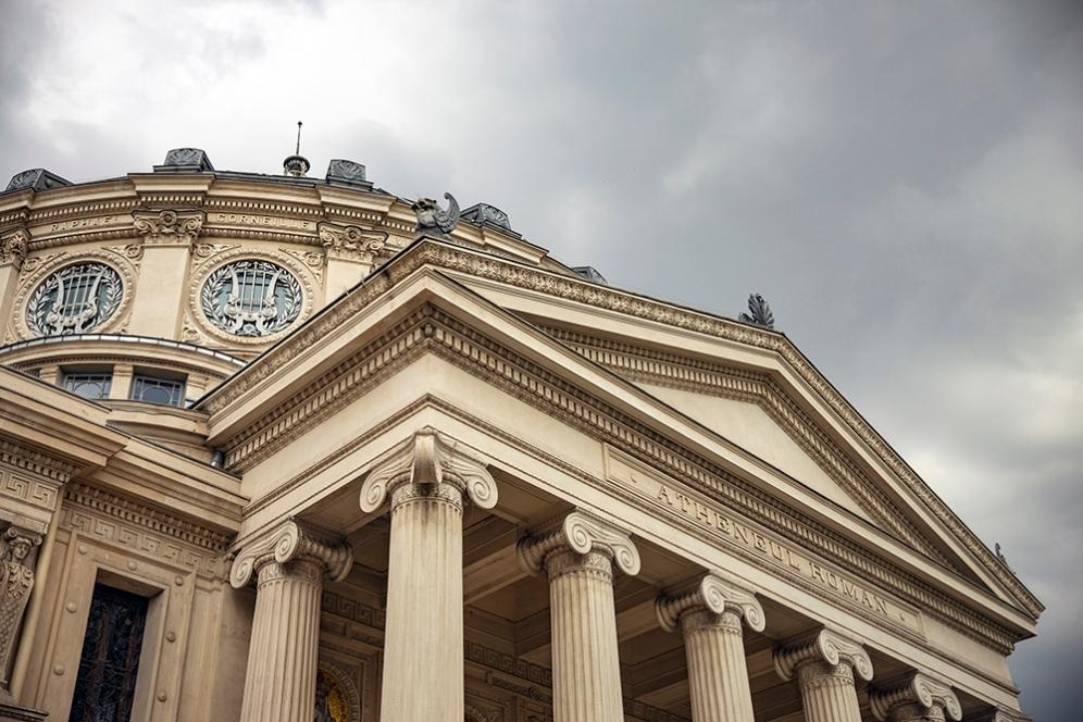 Атенеумът, напомня на древен храм със своите дорийски колони и голям купол.