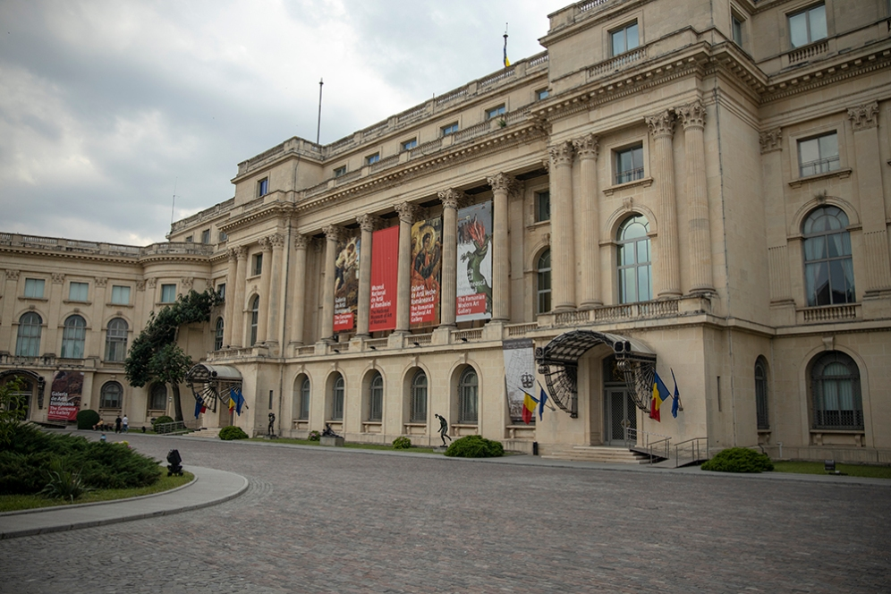 Националният музей на изкуствата се помещава в сградата на Кралският дворец.
