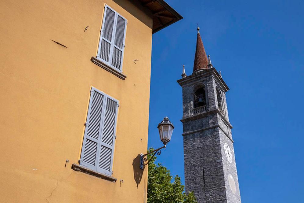 Камбанарията на църквата Сан Джорджо във Варена.