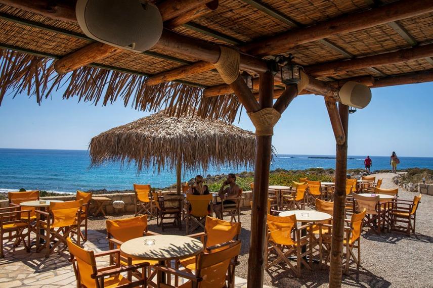 Заведението Orange Blue с панорамна гледка към плажа Фаласарна.