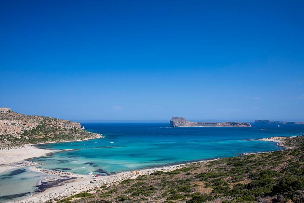 Плажът Балос и остров Грамвуса в дясно.