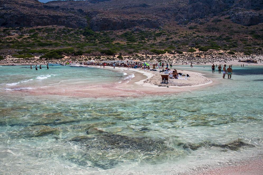 Кристално чиста вода и розов пясък в лагуната Балос.