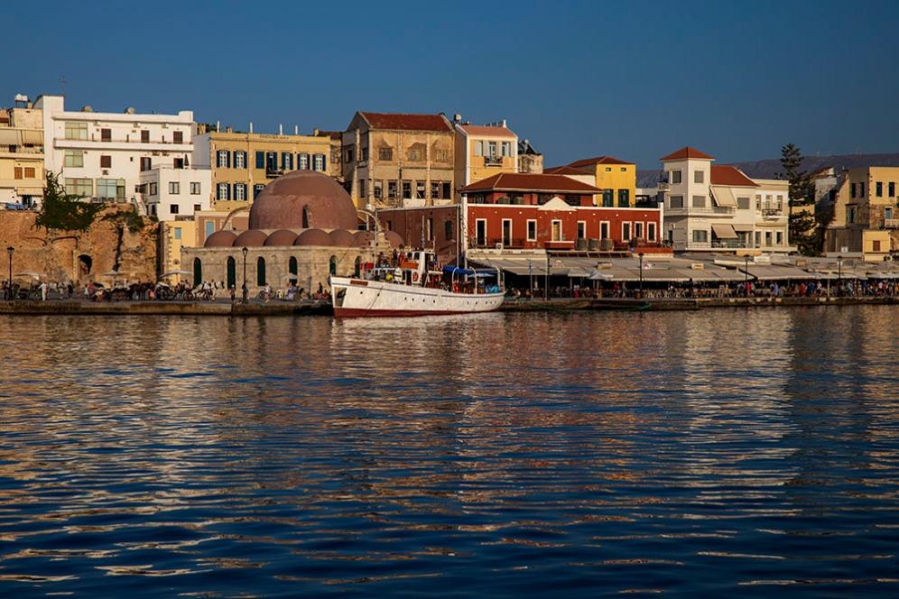 Венецианското пристанище в Ханя и джамията Кючук Хасан.