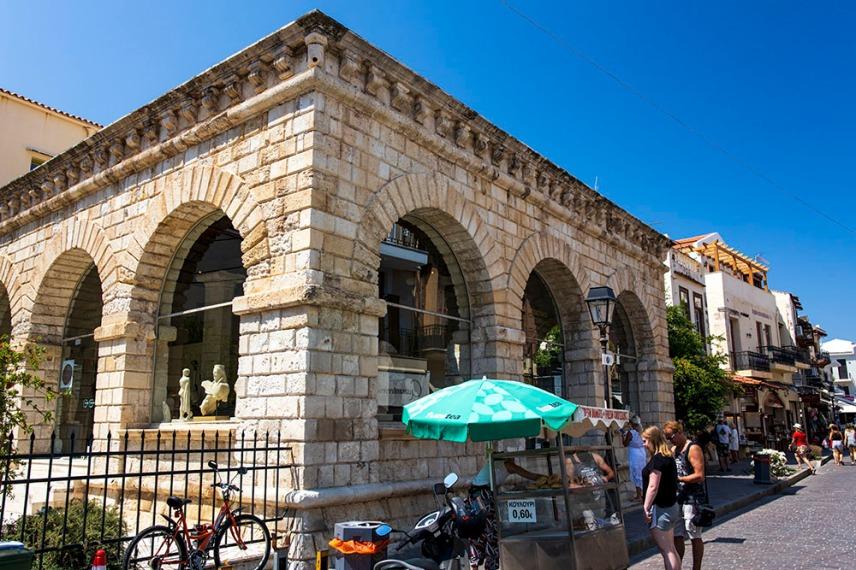 Венецианската Лоджия в Ретимно, построена в средата на 16-ти век. От средата на 1990 г. в постройката се помещава магазина на археологическия музей.