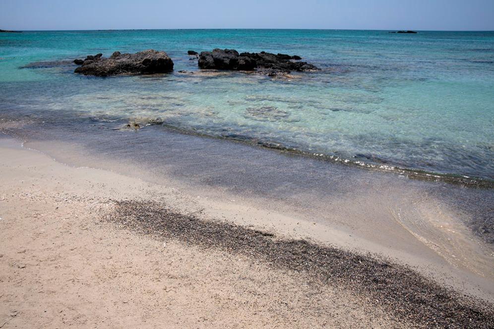 На места има и черен пясък.