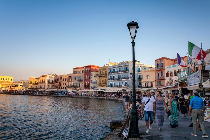 Старото венецианско пристанище в Ханя, днес е изпълнено с ресторанти и барове.