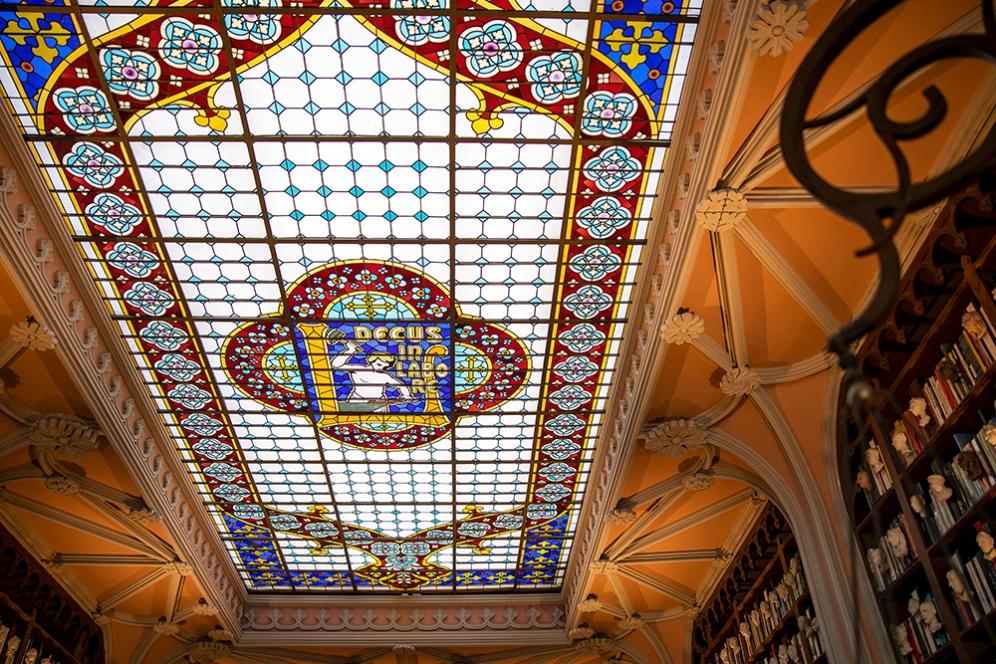 Покривът е стъклен и изрисуван със стъклописи.